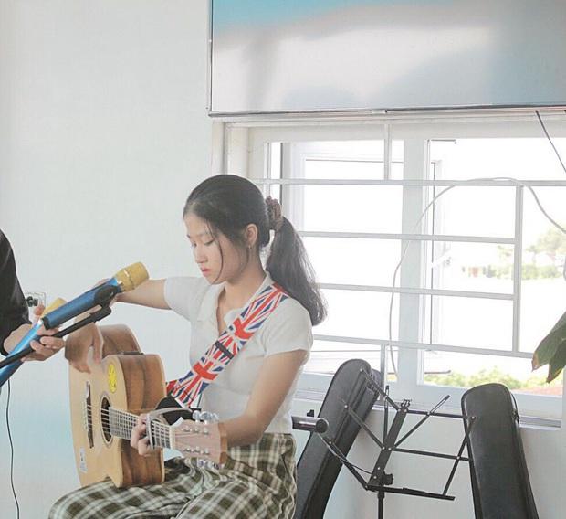 Hát khơi khơi trên sân khấu, nữ sinh 2003 khiến dân tình được phen lụi tim vì giọng ngọt quá - Ảnh 5.