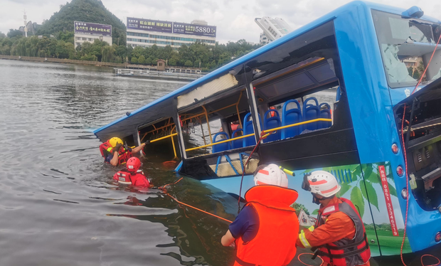 Trung Quốc: Xe bus chở học sinh đi thi Đại học lao xuống hồ nước khiến 21 người chết, 15 người bị thương - Ảnh 1.