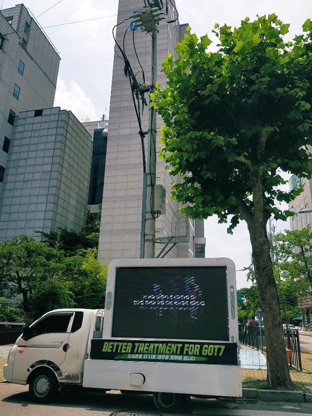 Khổ như fan GOT7: Bao năm đòi công bằng cho idol nhưng không được hồi âm, thuê xe biểu tình thì bị JYP... nhờ công an phường đuổi đi - Ảnh 1.