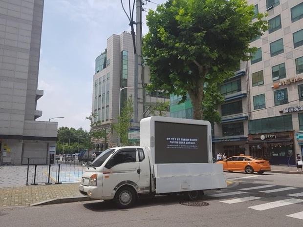 Khổ như fan GOT7: Bao năm đòi công bằng cho idol nhưng không được hồi âm, thuê xe biểu tình thì bị JYP... nhờ công an phường đuổi đi - Ảnh 6.