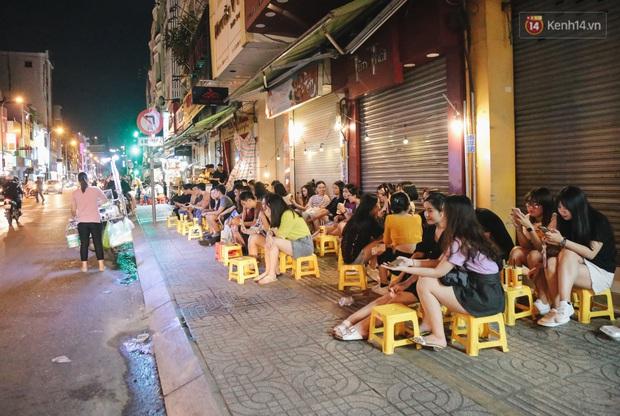 Nhiều quán cafe thâu đêm ở Sài Gòn chật kín khách: Sức chi tiêu của người Việt về đêm đâu kém du khách quốc tế! - Ảnh 1.
