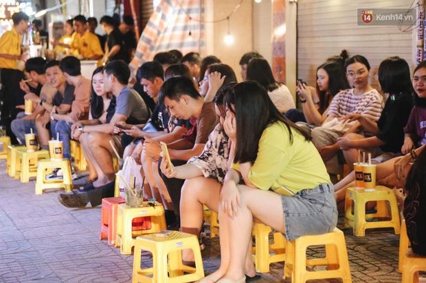 Nhiều quán cafe thâu đêm ở Sài Gòn chật kín khách: Sức chi tiêu của người Việt về đêm đâu kém du khách quốc tế! - Ảnh 2.