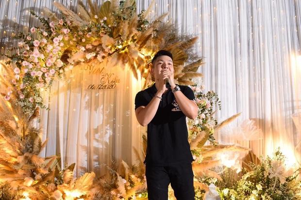 Khởi My - Kelvin Khánh quần jeans áo thun đi ăn cưới mà vẫn quá nổi: Màn tăng cân của chồng lấn át body nuột nà của vợ - Ảnh 4.