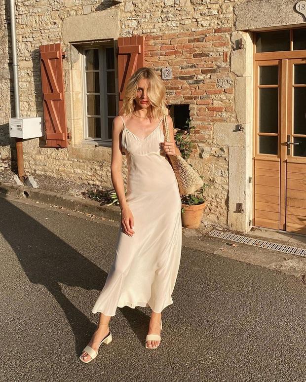 Phụ nữ Pháp chẳng ưa mấy đôi cao gót lênh khênh, họ chỉ thích diện 4 kiểu giày đế thấp thanh lịch đi làm - Ảnh 1.