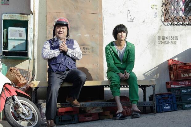 Tiết kiệm như anh Kim Soo Hyun: 7 năm vẫn đi một đôi dép, từ thời Ẩn Thân sang tận Điên Thì Có Sao chứ chẳng đùa! - Ảnh 2.