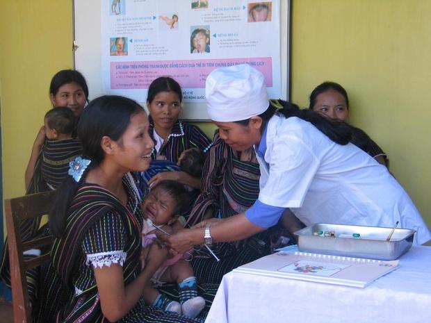 Tiêm vắc xin bạch hầu miễn phí cho trẻ 7 tuổi tại 35 tỉnh/thành phố có nguy cơ - Ảnh 1.