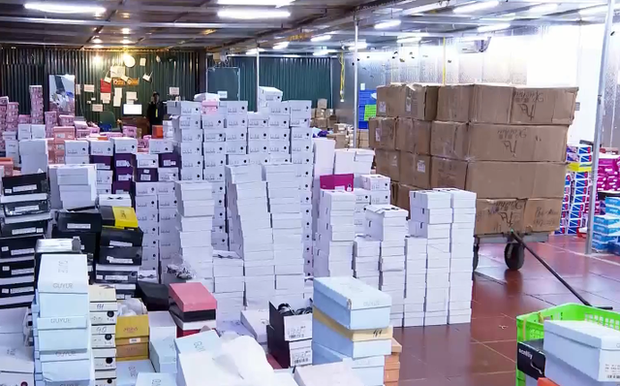Đột kích kho hàng lậu hơn 10.000 m2 để bán qua livestream trên Facebook - Ảnh 2.