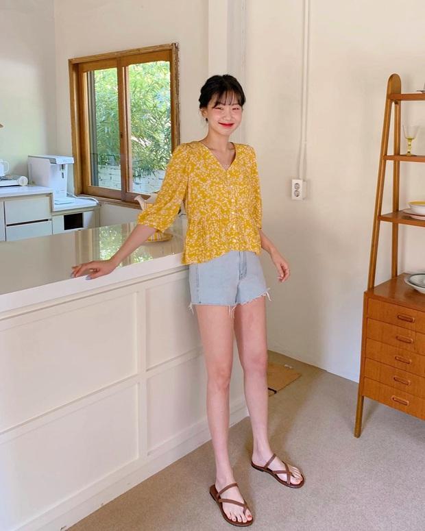 5 outfit xịn mịn, ai mặc cũng đẹp mà hè năm nào các BTV thời trang cũng nhiệt tình áp dụng - Ảnh 16.