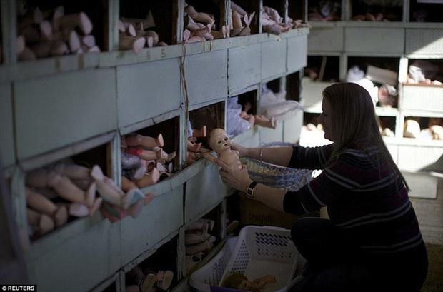 Nhìn các bộ phận cơ thể ngổn ngang, chẳng ai nghĩ đây là bệnh viện sửa búp bê, công việc phục vụ trẻ nhỏ nhưng không gian u ám rợn người - Ảnh 3.