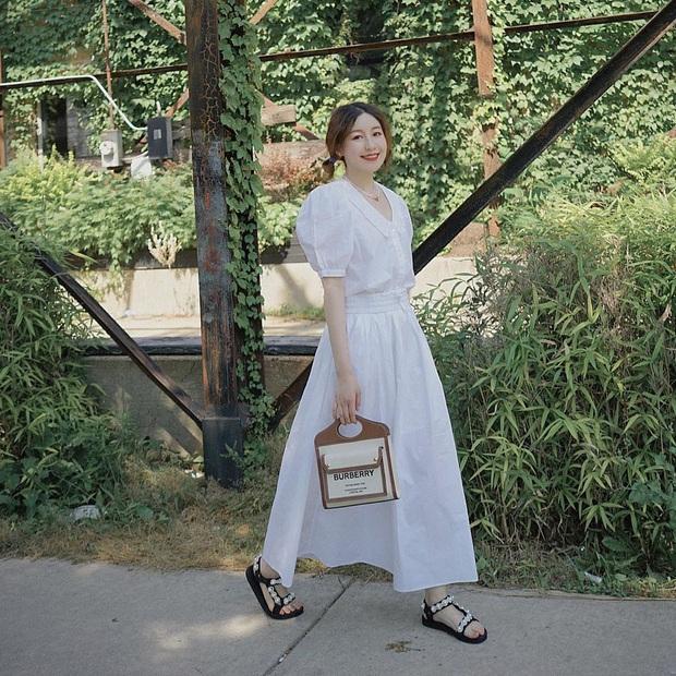 5 outfit xịn mịn, ai mặc cũng đẹp mà hè năm nào các BTV thời trang cũng nhiệt tình áp dụng - Ảnh 10.