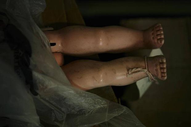 Nhìn các bộ phận cơ thể ngổn ngang, chẳng ai nghĩ đây là bệnh viện sửa búp bê, công việc phục vụ trẻ nhỏ nhưng không gian u ám rợn người - Ảnh 9.