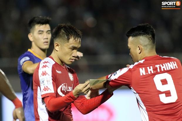 Lần đầu đeo băng đội trưởng, Tiến Linh bối rối không ngừng nhưng vẫn hào sảng chỉnh sửa giúp đối thủ - Ảnh 3.