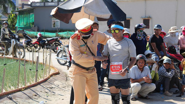 Hình ảnh CSGT gác việc, chạy tới chữa chuột rút cho runner trên đảo Lý Sơn gây ấn tượng - Ảnh 2.