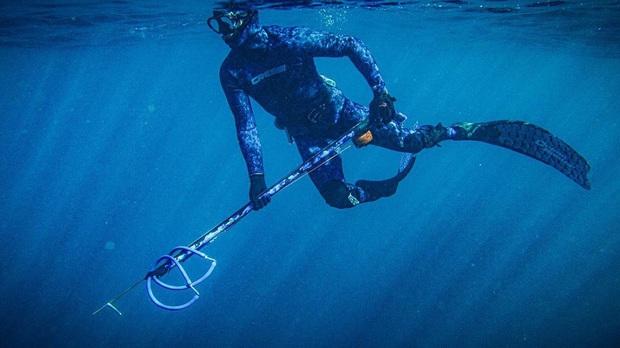 Nhà vô địch trượt tuyết thế giới chết đuối khi đang lặn biển để bắt cá - Ảnh 2.