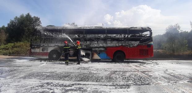Xe khách chở 16 người bốc cháy dữ dội khi đang lưu thông trên đường - Ảnh 3.