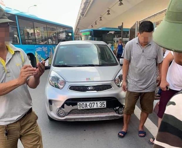 Hà Nội: CSGT bị ô tô vi phạm tông thẳng, kéo lê hàng chục mét trên đường - Ảnh 1.