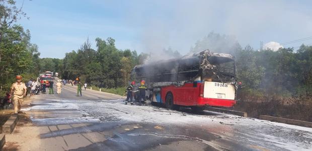 Xe khách chở 16 người bốc cháy dữ dội khi đang lưu thông trên đường - Ảnh 2.