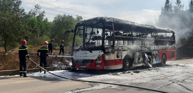 Xe khách chở 16 người bốc cháy dữ dội khi đang lưu thông trên đường - Ảnh 1.