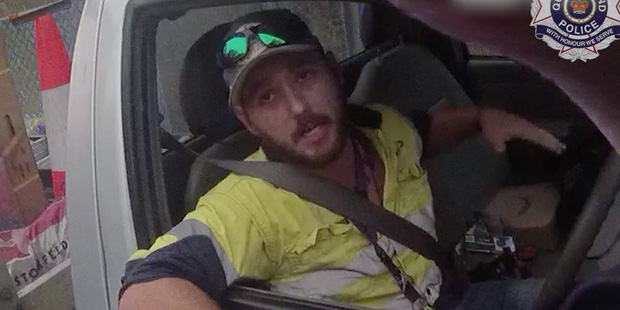 Người đàn ông may mắn thoát chết khi đang lái xe với tốc độ cao thì phát hiện rắn độc quấn vào chân - Ảnh 2.