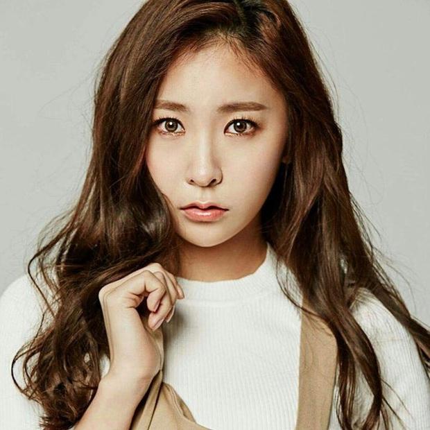Thành viên hụt SNSD nhẵn mặt các show sống còn xác nhận debut solo sau 13 năm thực tập, netizen đào lại quá khứ từng dính phốt thái độ - Ảnh 1.
