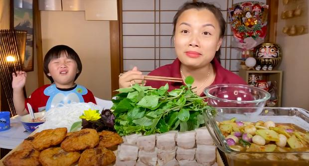 """Xuất hiện chưa đầy 2 phút, bé Sa đã """"giật"""" spotlight trong vlog mới của mẹ Quỳnh Trần với loạt biểu cảm """"phát hãi"""" vì… mắm nêm - Ảnh 1."""