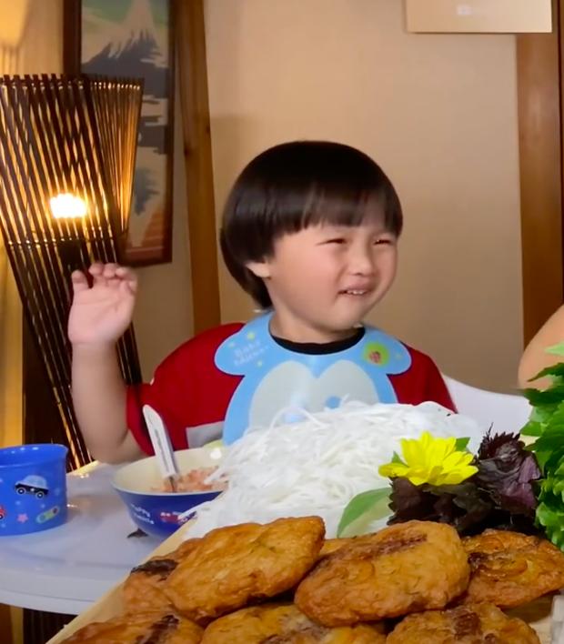 """Xuất hiện chưa đầy 2 phút, bé Sa đã """"giật"""" spotlight trong vlog mới của mẹ Quỳnh Trần với loạt biểu cảm """"phát hãi"""" vì… mắm nêm - Ảnh 2."""
