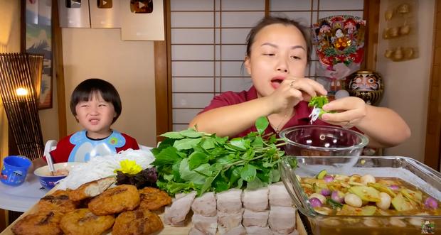 """Xuất hiện chưa đầy 2 phút, bé Sa đã """"giật"""" spotlight trong vlog mới của mẹ Quỳnh Trần với loạt biểu cảm """"phát hãi"""" vì… mắm nêm - Ảnh 4."""