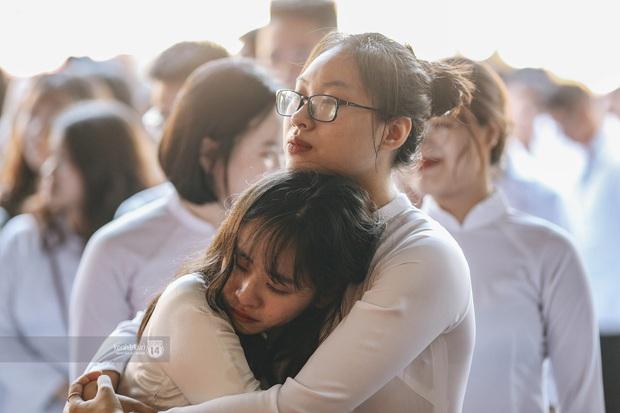 Đôi bạn ôm nhau khóc nức nở trong lễ bế giảng: Biết tạm biệt không phải là xa nhau mãi nhưng vẫn thật buồn - Ảnh 1.