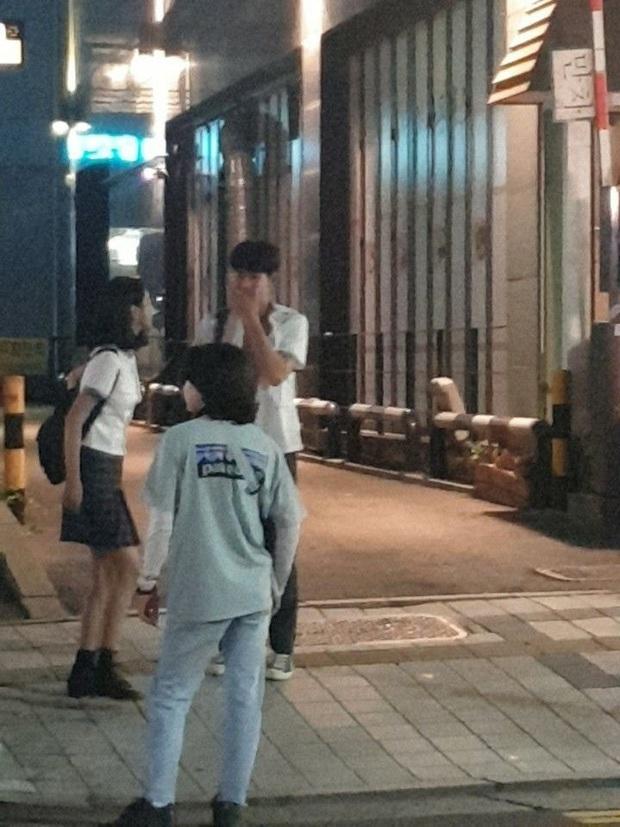 Lộ ảnh Seo Ye Ji mặc đồng phục nữ sinh siêu cưng ở hậu trường Điên Thì Có Sao, đã thế còn vùi dập Kim Soo Hyun tơi tả - Ảnh 1.