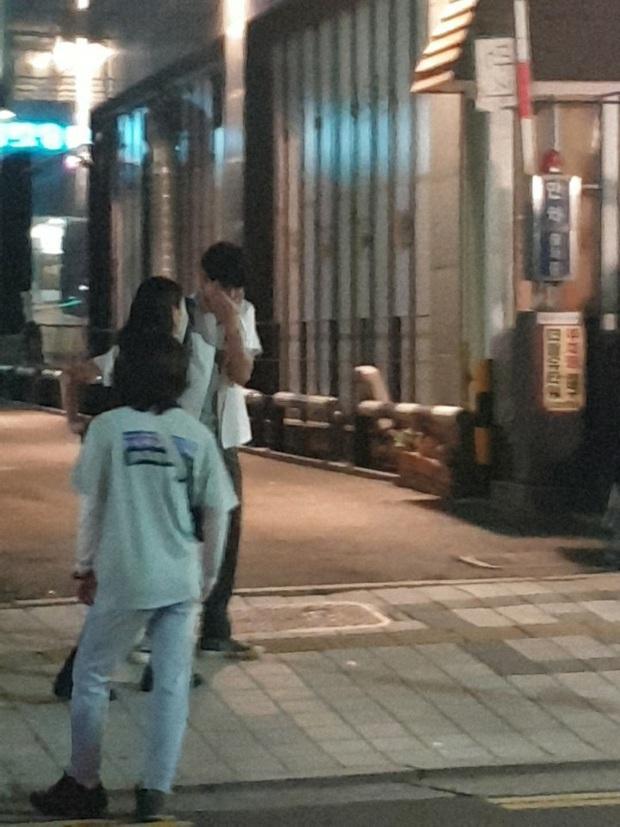 Lộ ảnh Seo Ye Ji mặc đồng phục nữ sinh siêu cưng ở hậu trường Điên Thì Có Sao, đã thế còn vùi dập Kim Soo Hyun tơi tả - Ảnh 4.