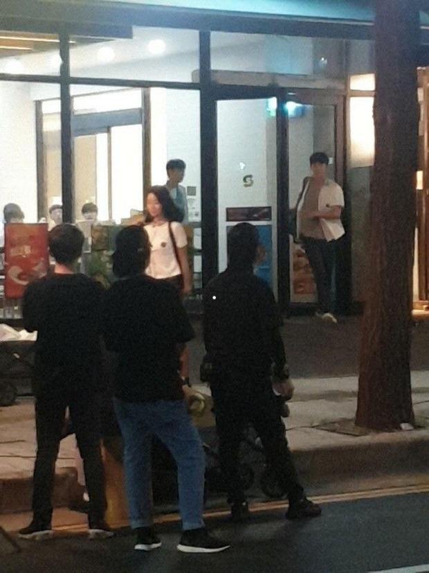 Lộ ảnh Seo Ye Ji mặc đồng phục nữ sinh siêu cưng ở hậu trường Điên Thì Có Sao, đã thế còn vùi dập Kim Soo Hyun tơi tả - Ảnh 3.