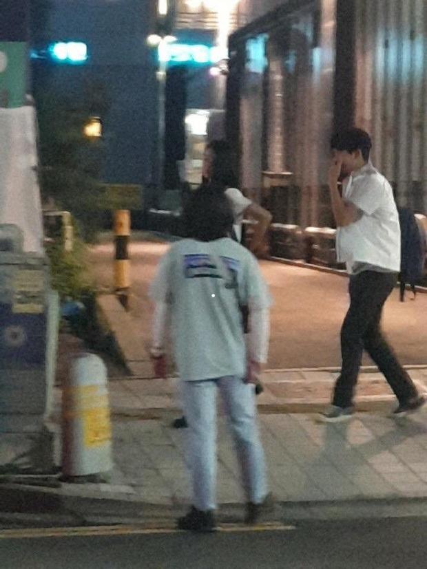 Lộ ảnh Seo Ye Ji mặc đồng phục nữ sinh siêu cưng ở hậu trường Điên Thì Có Sao, đã thế còn vùi dập Kim Soo Hyun tơi tả - Ảnh 5.