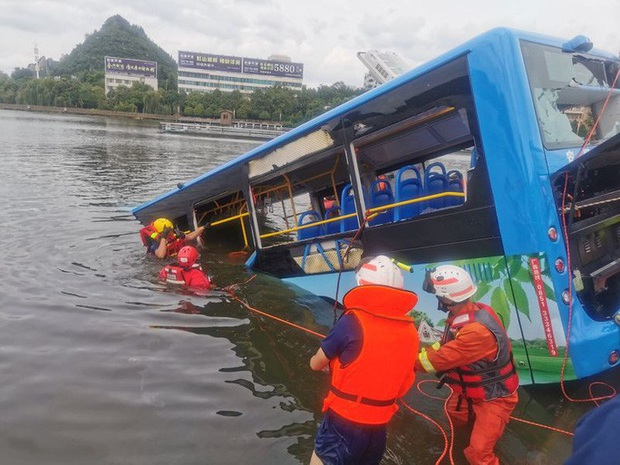Tình hình nghiêm trọng, Trung Quốc đồng loạt nâng cảnh báo mưa bão, lũ lụt - Ảnh 2.