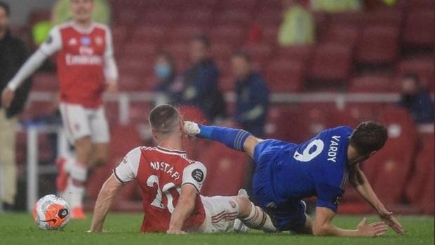 Tung cú kung-fu khiến mặt đối phương thủng lỗ chỗ nhưng tiền đạo Leicester vẫn được trọng tài khoan hồng - Ảnh 2.