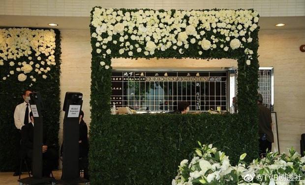 Tang lễ trùm sòng bạc Macau ngày 1: Quý tử nhà Ming Xi lần đầu lộ diện, hoa tang 6 tỷ, Đậu Kiêu xuất hiện bên gia tộc họ Hà - Ảnh 18.
