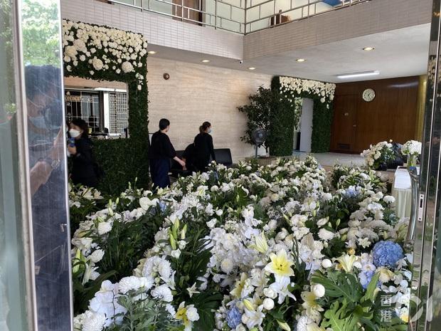 Tang lễ trùm sòng bạc Macau ngày 1: Quý tử nhà Ming Xi lần đầu lộ diện, hoa tang 6 tỷ, Đậu Kiêu xuất hiện bên gia tộc họ Hà - Ảnh 17.