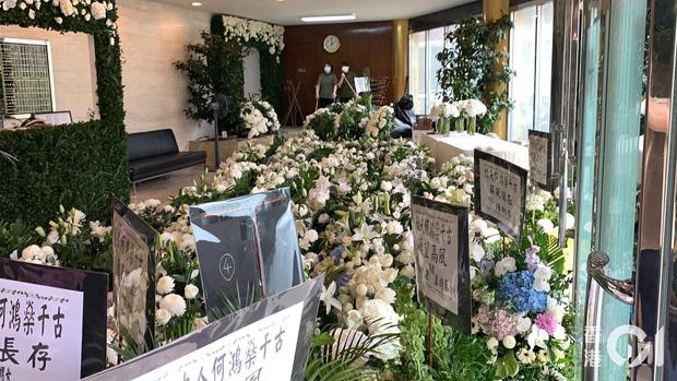Tang lễ trùm sòng bạc Macau ngày 1: Quý tử nhà Ming Xi lần đầu lộ diện, hoa tang 6 tỷ, Đậu Kiêu xuất hiện bên gia tộc họ Hà - Ảnh 15.