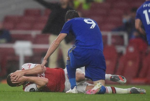 Tung cú kung-fu khiến mặt đối phương thủng lỗ chỗ nhưng tiền đạo Leicester vẫn được trọng tài khoan hồng - Ảnh 3.