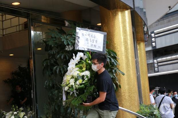 Tang lễ Vua sòng bài Macau: Tiếp tục gây chú ý với 6 tỷ đồng hoa tang và lời nhắn thâm tình của 3 bà vợ dành cho chồng quá cố - Ảnh 9.