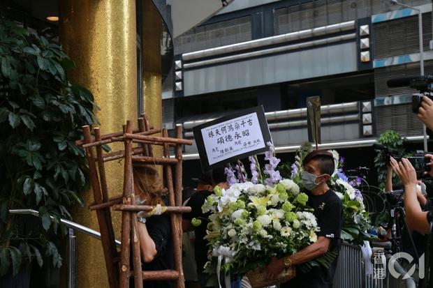 Tang lễ Vua sòng bài Macau: Tiếp tục gây chú ý với 6 tỷ đồng hoa tang và lời nhắn thâm tình của 3 bà vợ dành cho chồng quá cố - Ảnh 10.