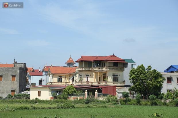 Hà Nội: Nhà tầng, biệt thự mọc san sát nhau ở ngôi làng phất lên từ việc buôn thịt lợn - Ảnh 1.