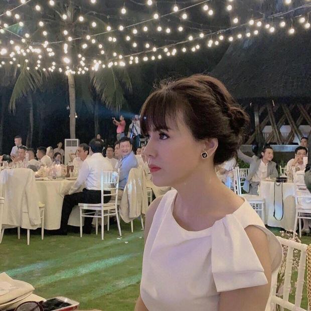 Nhan sắc ở tuổi 56 của mẹ Phanh Lee gây bất ngờ, gu ăn mặc thời thượng không kém con gái là bao - Ảnh 2.