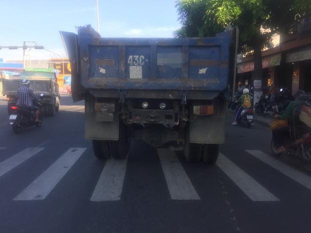 Trên đường đi làm, người phụ nữ bị xe tải tông chết thảm - Ảnh 2.