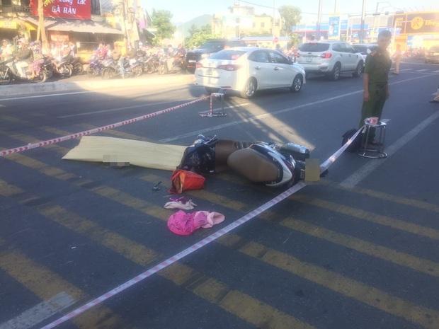 Trên đường đi làm, người phụ nữ bị xe tải tông chết thảm - Ảnh 1.