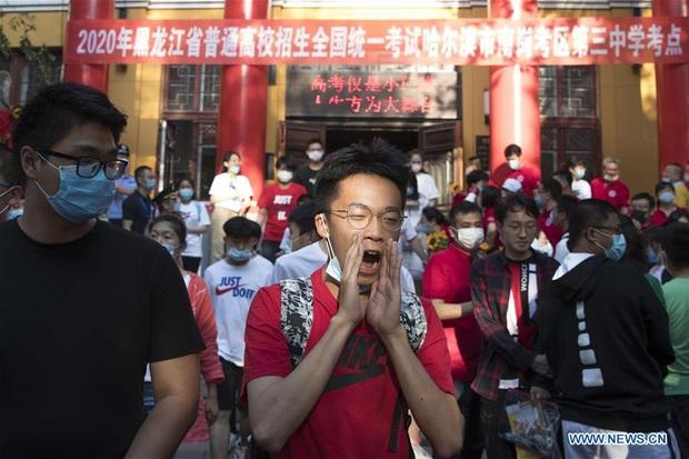 Học sinh Trung Quốc vỡ òa lao ra khỏi cổng trường sau khi hoàn thành môn cuối cùng của kỳ thi đại học khắc nghiệt nhất thế giới - Ảnh 2.