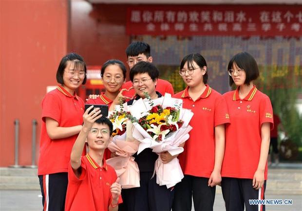 Học sinh Trung Quốc vỡ òa lao ra khỏi cổng trường sau khi hoàn thành môn cuối cùng của kỳ thi đại học khắc nghiệt nhất thế giới - Ảnh 6.
