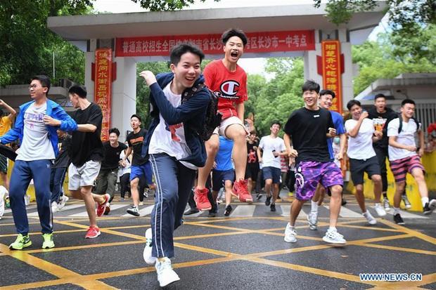 Học sinh Trung Quốc vỡ òa lao ra khỏi cổng trường sau khi hoàn thành môn cuối cùng của kỳ thi đại học khắc nghiệt nhất thế giới - Ảnh 3.