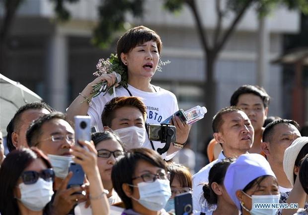 Học sinh Trung Quốc vỡ òa lao ra khỏi cổng trường sau khi hoàn thành môn cuối cùng của kỳ thi đại học khắc nghiệt nhất thế giới - Ảnh 7.