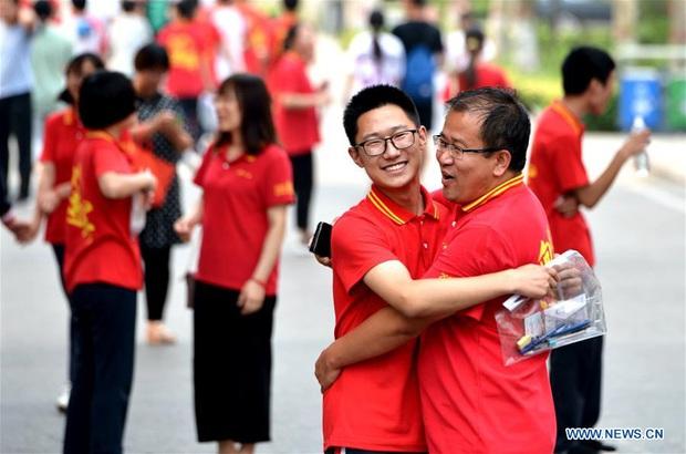 Học sinh Trung Quốc vỡ òa lao ra khỏi cổng trường sau khi hoàn thành môn cuối cùng của kỳ thi đại học khắc nghiệt nhất thế giới - Ảnh 8.