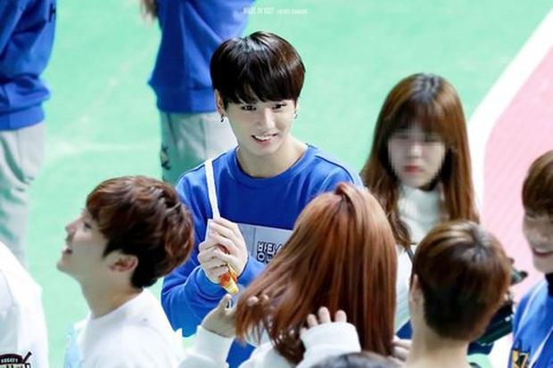 Cứ ngỡ đây là cô gái may mắn nào được V (BTS), Mingyu (Seventeen)... thân mật - Ảnh 5.